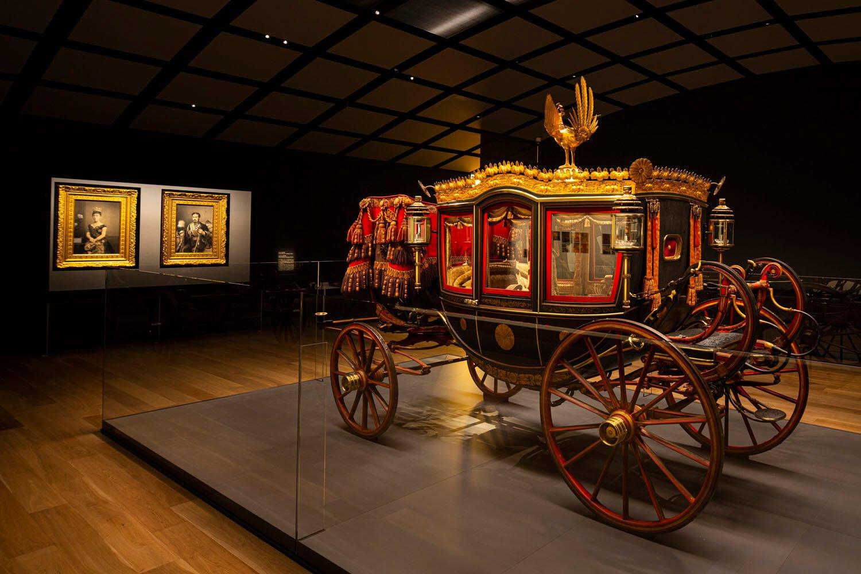 2階、宝物展示室の中央にある儀装車。六頭曳きの馬車。鳳凰(ほうおう)を頂いている。