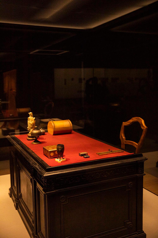 明治天皇愛用の御机。大切に使い込まれた様子がわかる。