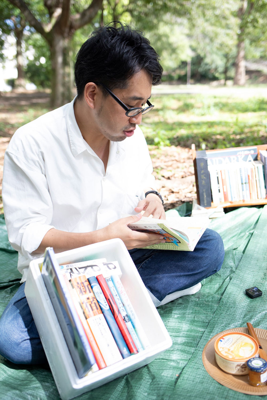 自分が持ってきた柴崎友香『千の扉』について話す筆者。なおピクニックをした公園は、『千の扉』の舞台となった都営住宅の一角にある。