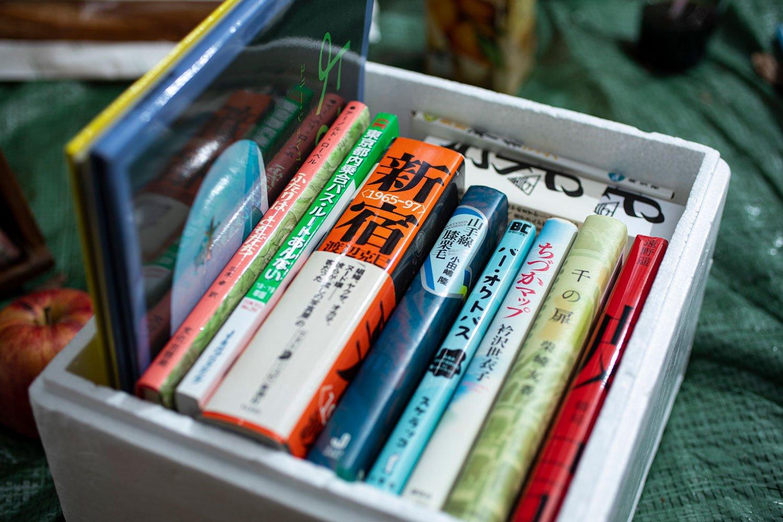 筆者の一箱本棚。好きな本をギッシリ詰め込むため、箱のサイズも考慮したうえで本を厳選。上の空きスペースには文庫、端っこには大きな絵本と、テトリスのように本を詰め込むのが楽しかった。
