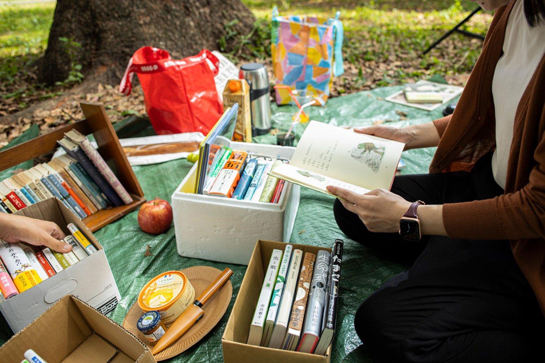 絵本『ふたりはともだち』(アーノルド・ローベル/文化出版局)を「図書室にあった!」と懐かしがって読む編集・吉岡。むかし読んだ本との再開もまた楽しい。