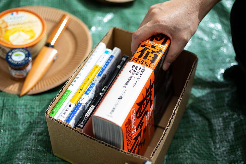 編集・吉岡が持ち帰ったのは『新宿 1965-97』と『羆嵐』だった。事件の本の話で盛り上がる中、目の前にナイフがあったのも何だか不穏。