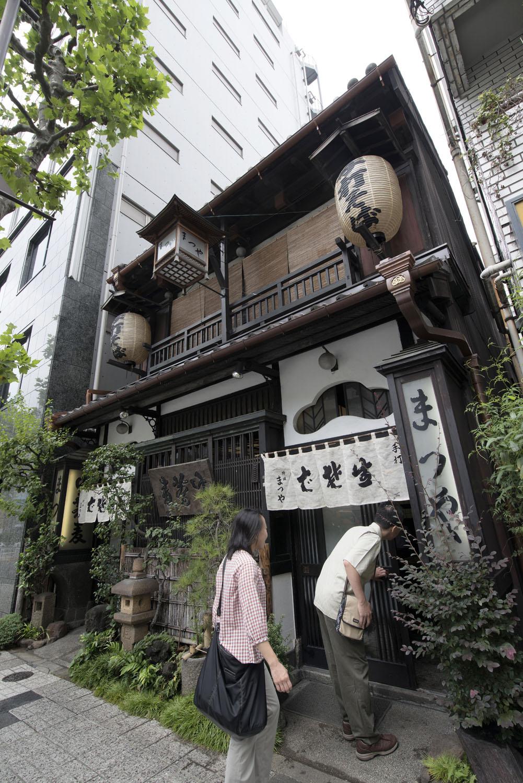 建物は東京都選定の歴史的建造物になっている昭和2年(1927)建築の木造2階建て。
