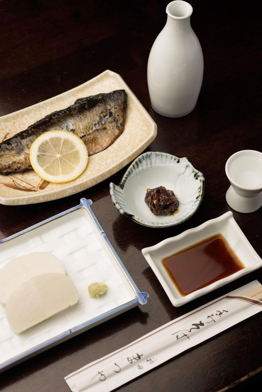 御酒「菊正宗 特選」700 円(180ml)にはそば味噌が付く。にしん棒煮800円、わさびかまぼこ650円。