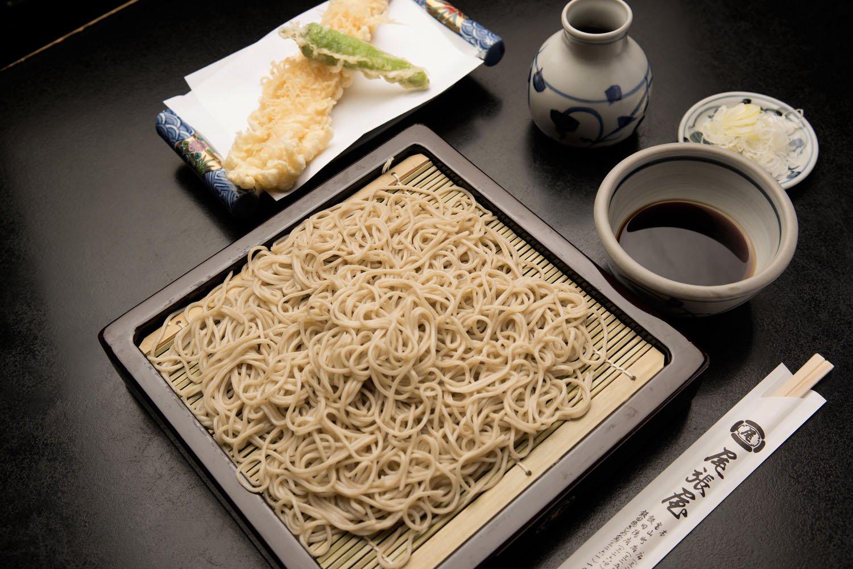 特大の天然エビ1尾とシシトウの天ぷらが付く天せいろ1485円。