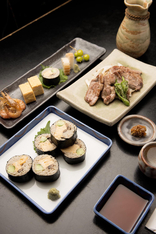 鴨焼き1045円、そば寿司1045円のほか、 酒肴も充実。日本酒は菊正宗715円のほか、一ノ蔵825円、 眞澄935円(いずれも180ml)など地酒もそろう。