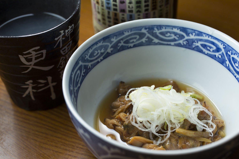 あさり煮450円を肴に、東京の老舗そば店で組織する「木鉢会」の名を冠した蕎麦焼酎500円をそば湯割りで。