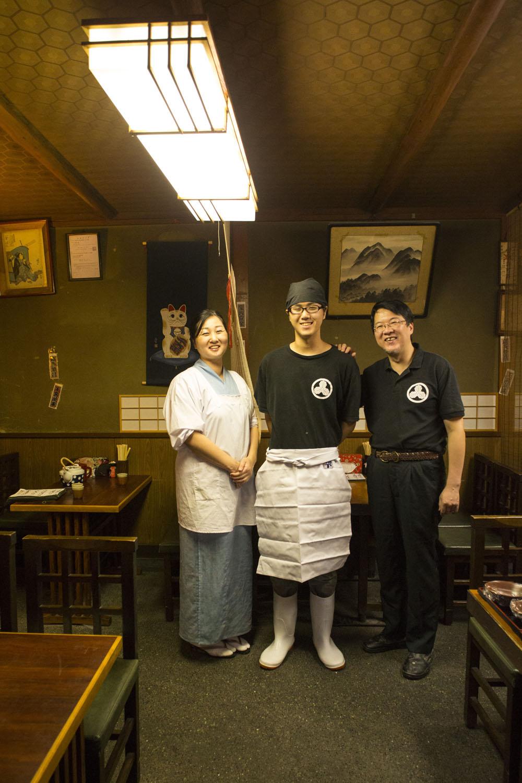 4代目の堀井市朗さんと奥様の千穗さん、修業中の5代目雄太朗さん。