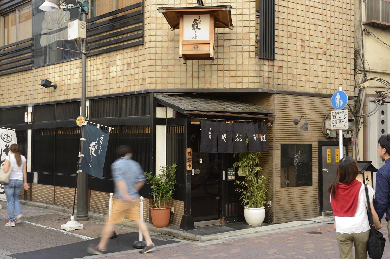昭和38年にビルに建て替え、7年ほど前に店内をリニューアル。入り口上部の釣り行灯が目を引く。