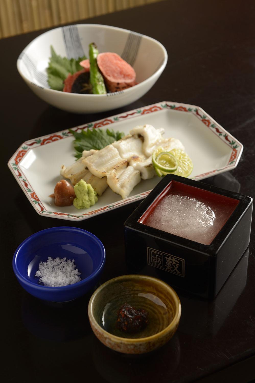 日本酒を凍らせた菊正宗みぞれ酒668円には焼き味噌と塩が付く。穴子の白焼き1337円、炙りめんたいこ709円。