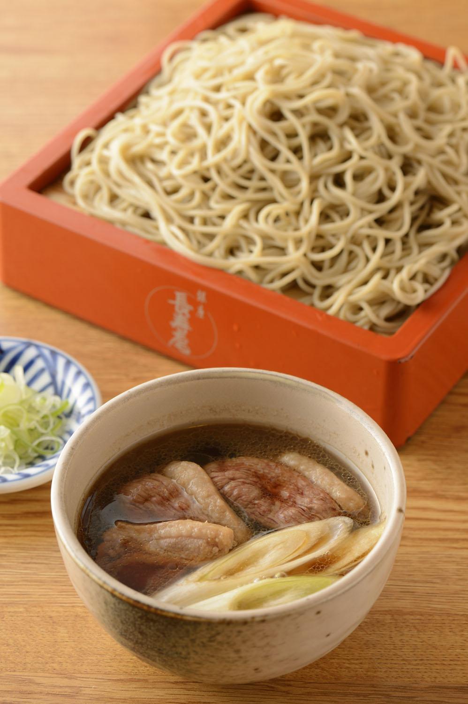 北海道旭川市江丹別町で自家栽培するソバのほか、国産ソバを使用した細打ちそば。 鴨肉は埼玉県産で、厚切りのもも肉と胸肉が入る。