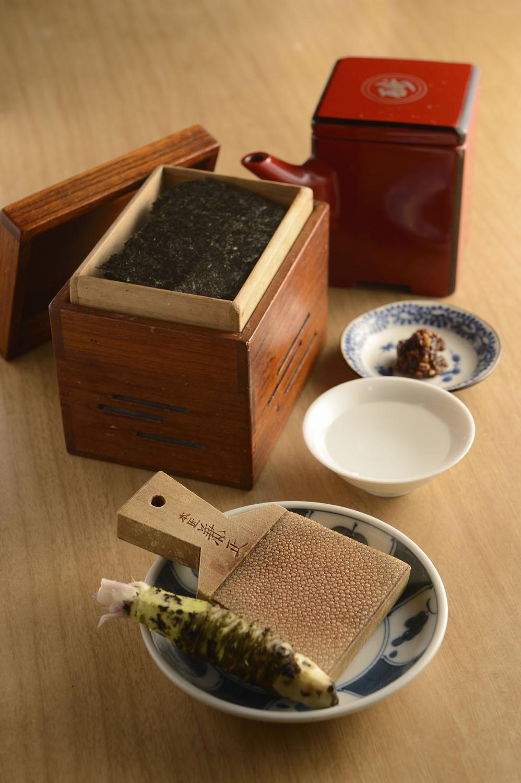 中に炭が入った海苔箱で提供される焼きのり970円は本ワサビで味わう。 小さな湯桶に入った黒松剣菱700円。