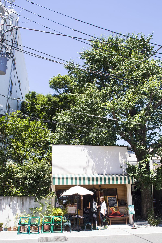 樹齢100年以上のイチョウが印象的。7〜9月はかき氷専門店。