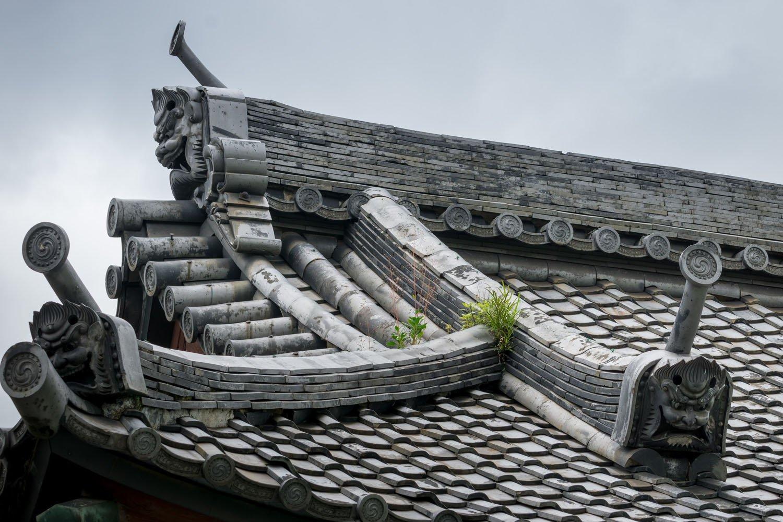 仁王門の鬼瓦は、なぜか裏側から見たほうがカッコいい。