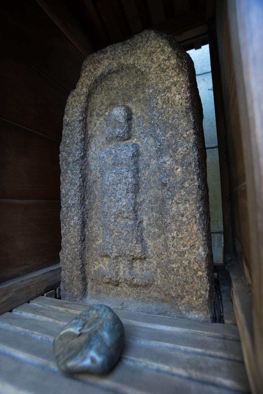 高山稲荷神社のおしゃもじさま。石神を思わせる石が手前に。