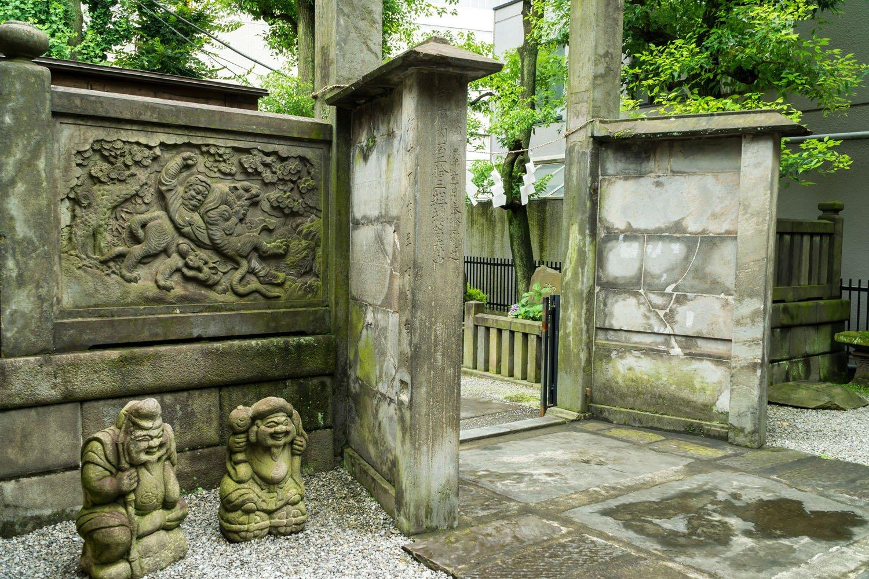 高輪神社太子宮の石門と石塀。 太子講の石材屋さんが奉納。