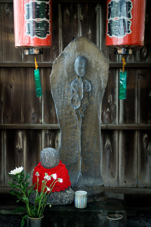ゆうれい地蔵(子安栄地蔵尊)。手前の小さな坐像が子ども。