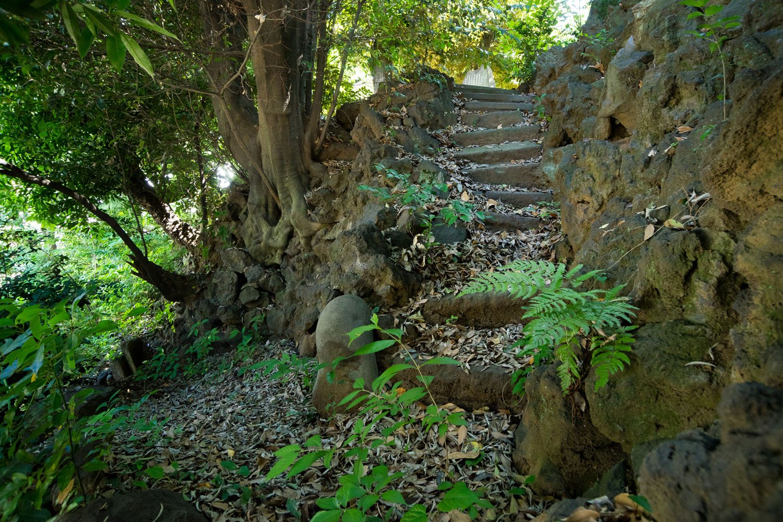駐車場奥から御嶽神社への隠れ登山道。