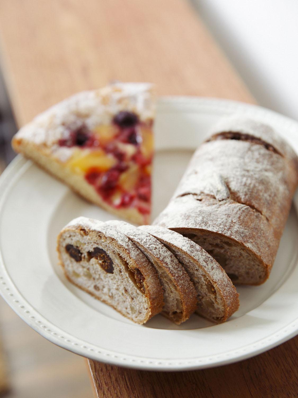 イチジクが入った旅人のパン1/2本529円やガレット風パンが人気。
