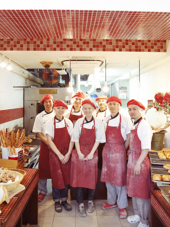 シェフの朝倉さん(左端)の下でパン作りを学びたいというスタッフが各地から。