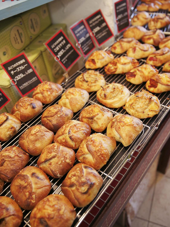 焼きたてパンがずらり!電話予約して焼きたてを購入することもできる。
