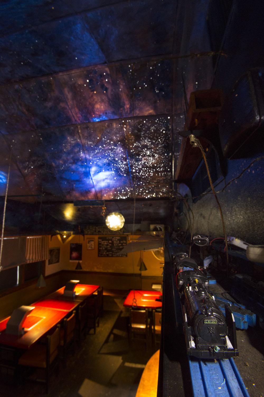 星空の下をプラレールの銀河鉄道が走る2階席。19~22時の毎時5分出発で、臨時走行希望はボタンを押す。