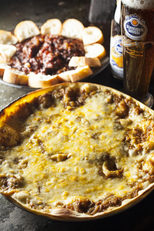バーベキュー宴会が主だが単品も充実。カレーピザ880円、牛スジワイン煮880円はビールと。