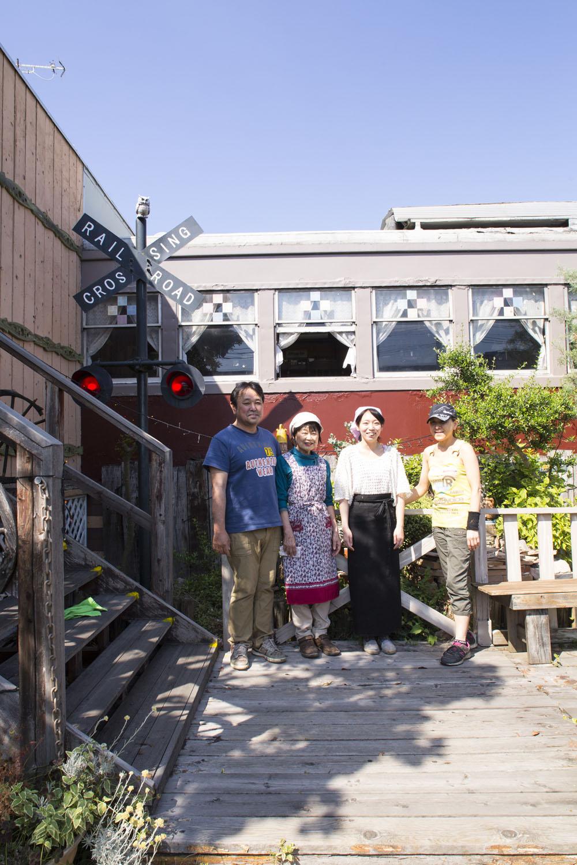 「車窓からは上越新幹線が見えますよ」と荻原正彦さん(左端)。店長の英子さん(右端)を中心に家庭的な雰囲気でもてなしてくれる。