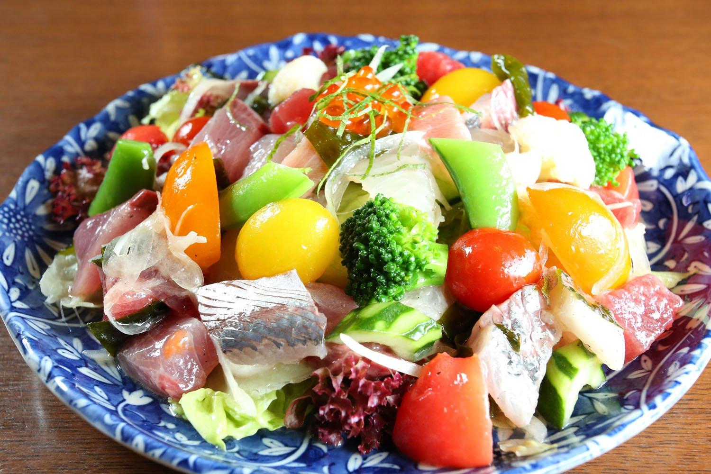 海鮮サラダ1620円。魚は江の島の定置網や小坪港から。