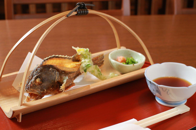 かさご丸ごと唐揚げ1480円~。最低限の火通しで身は最高にふっくら。調理する魚も刺し身で提供できる質のものしか扱わない。