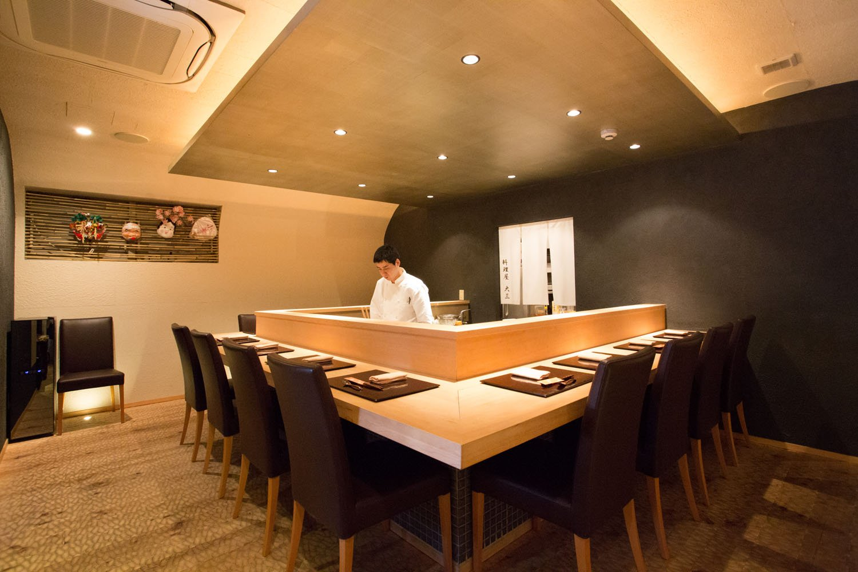銀箔張りの天井、特殊細工を施した白木の床など、深みのある空間で楽しくくつろぎたい。