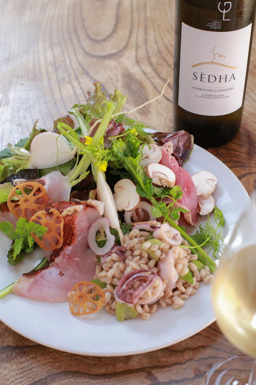 その日の市場の野菜と朝どれの鮮魚のサラダ1430円。