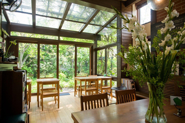 モッコウバラなどに覆われた温室のような店内は、席や時間帯で景色が変わる。