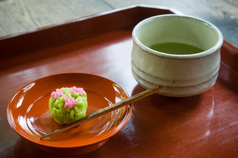 抹茶と生菓子セット1100円。生菓子は季節ご とのお楽しみ。他に干菓子のセット660円も。