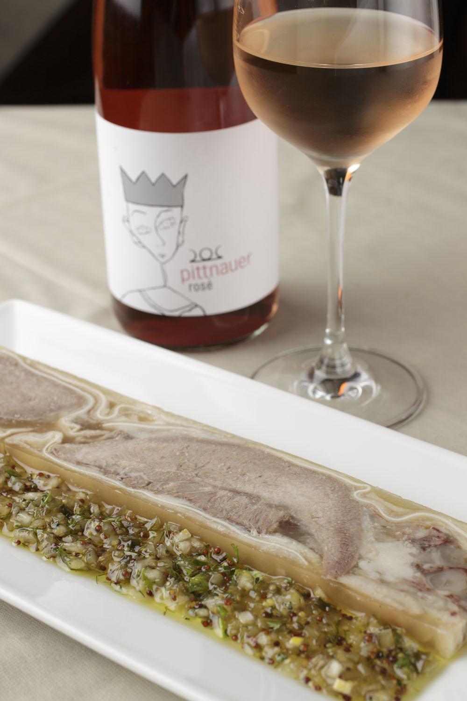 ホホや足などを用いた豚のテリーヌ1540円。オーストリア産ロゼ グラスワイン990円。