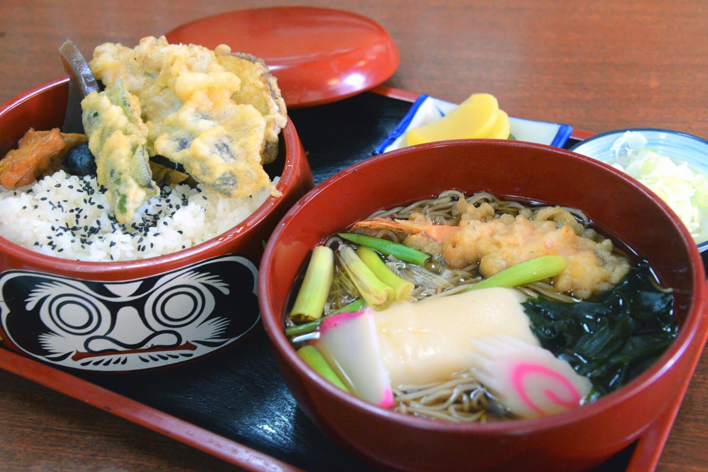 名物の「大師弁当」。天ざる、そば定食も人気。各1100円。