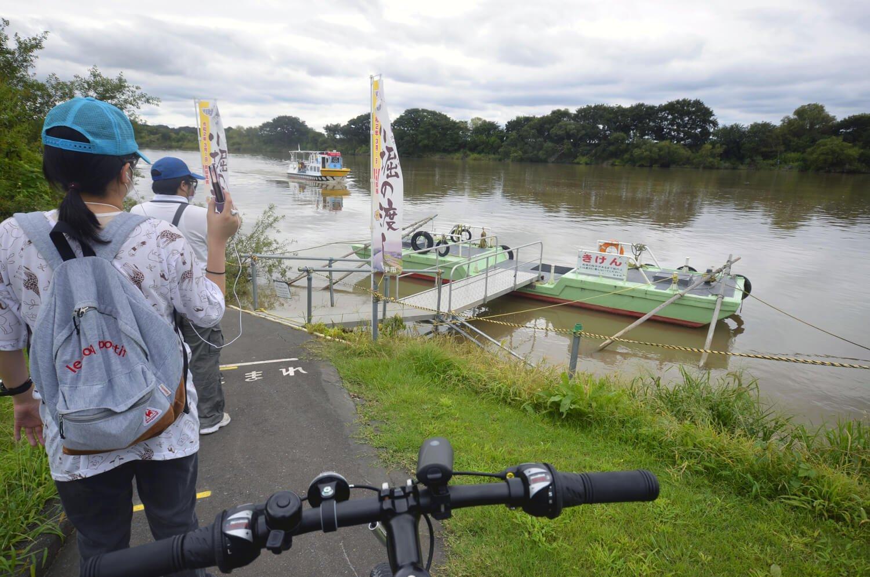 3カ所の船着き場で乗り降りできる。自転車と50ccの原付バイクは1人につき1台無料。