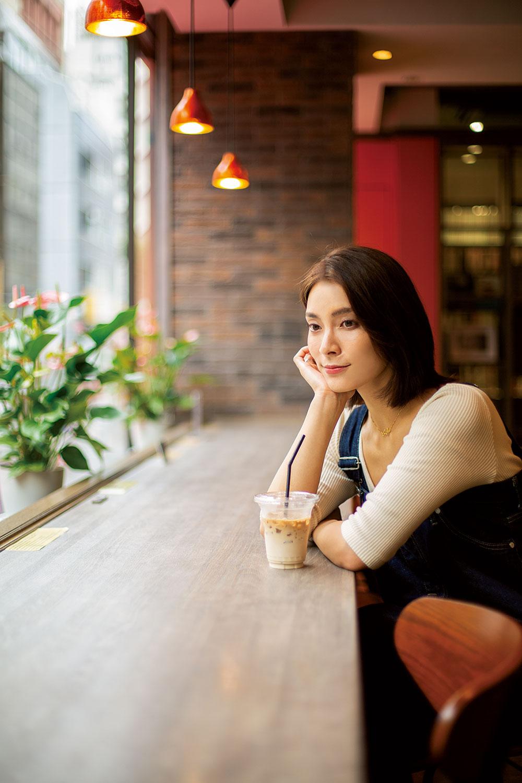1~2階には『Paper Back Café』が。すずらん通りを行き交う人を眺めながら、購入した本を読む。疲れた顔一つ見せず、不思議な冒険を心から楽しんでくれた秋元さんに感謝。
