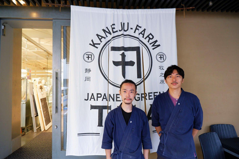 店長の加藤さん(右)とスタッフの前山田さん(左)。