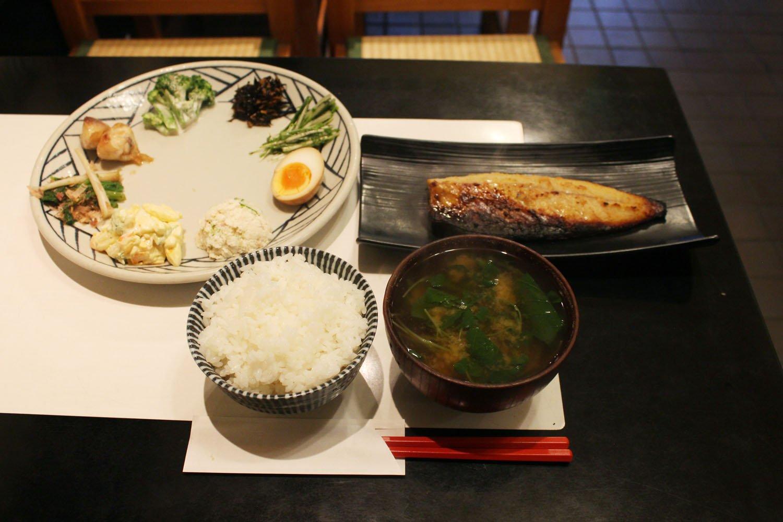 鯖の西京焼定食1100円。一通り並べるとテーブルがいっぱいになるうれしさ。
