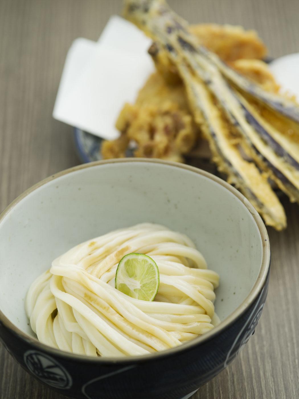 四国のだし醤油で味わう「しょうゆ」590円と甲州健味どりの直白天400円。
