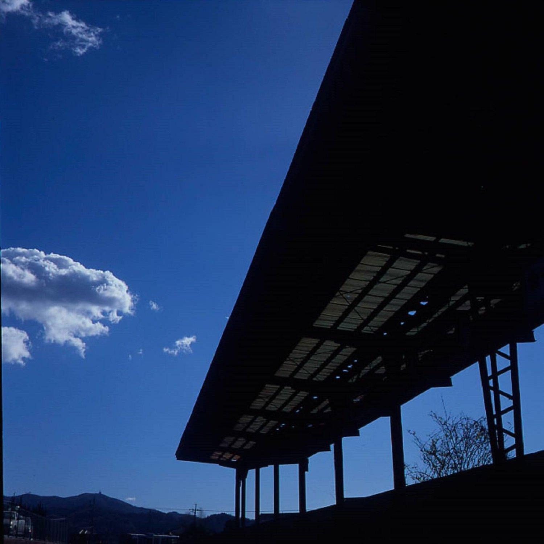 1999年に訪れたときの筑波駅跡。6x6フォーマットカメラで撮影。この時のホームは放置されていたが、やがてきれいに整備される。(ポジスキャン)