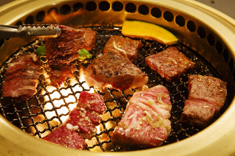 特上ロース焼(手前右)や味噌だれをまとった甘いレバー660円(右)が人気。