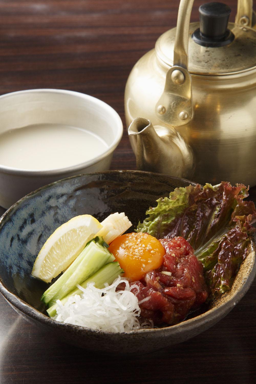 本場熊本から直送の馬肉を使う馬ユッケ1848円と生マッコリ605円。