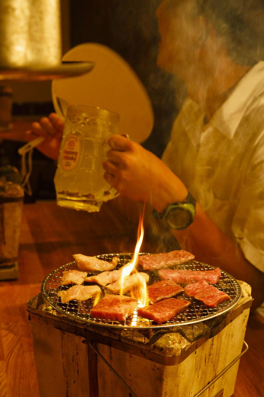 七輪の炭火で焼く。特上ミノ486円(左上)はコリコリの歯ごたえでビールと好相性。