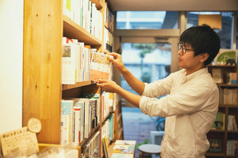 酒井さんは版元の在庫を預かる倉庫会社に勤めていた。2017年に自店をオープン。