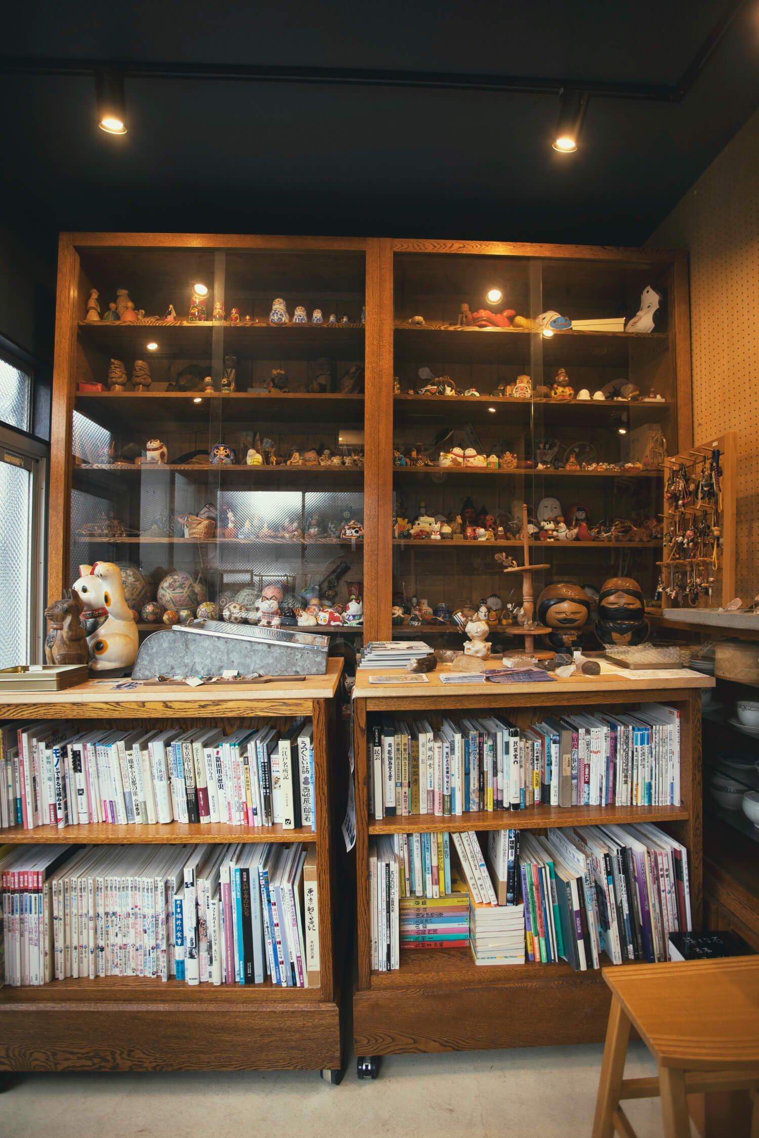 奥の棚に並ぶ郷土玩具は非売品。