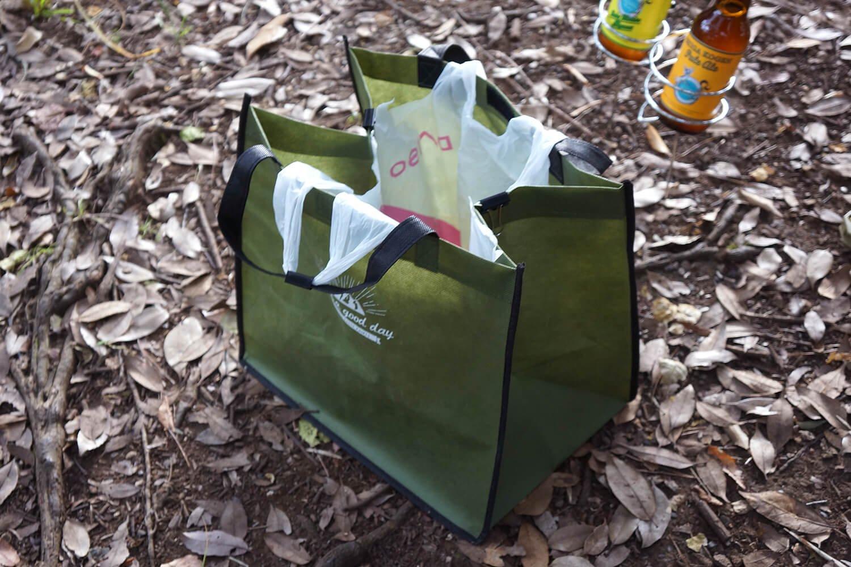 自立する不織布生地のバッグ。