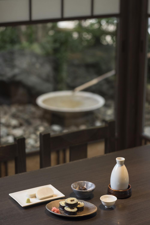カンピョウと出汁巻きを巻いたそばずし831円、かまぼこ723円。日本酒831円は合鴨の脂やそばつゆを加えたピリ辛の練りみそ付き。