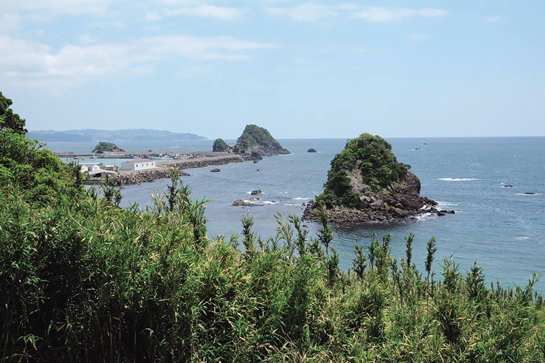 七つの島がある鴨川松島。中央奥の島が弁天島で、橋が架かっていて厳島神社に参詣できる。
